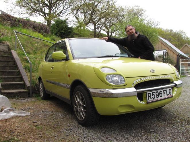 Daihatsu Sirion yellow